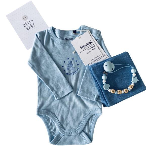babybox jungen babybody personalisiert mit namen eatsleeprepeat nuscheli nuggikette junge hellblau scaled