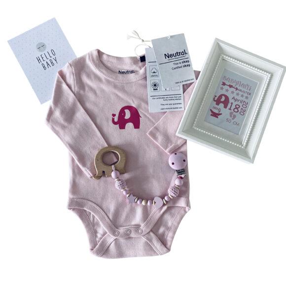 babybox maedchen babybody biobaumwolle personalisiert mit namen beisskette geburtsposter elefant hellrosa scaled