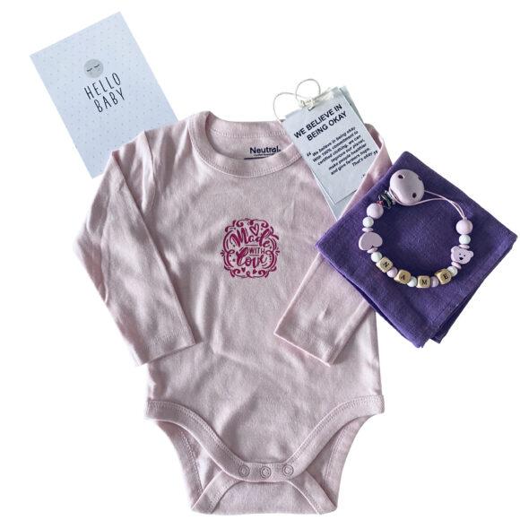 babybox maedchen babybody biobaumwolle personalisiert mit namen madewithlove maedchen hellrosa lavendel scaled