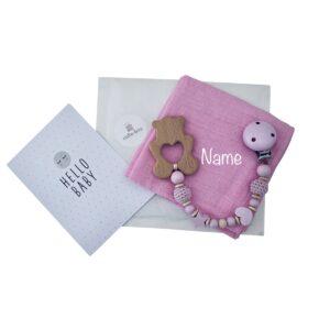 geschenkset zur geburt nuscheli mit namen bestickt beisskette baer maedchen hellrosa