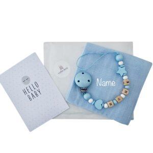 geschenkset zur geburt nuscheli mit namen bestickt nuggikette junge hellblau