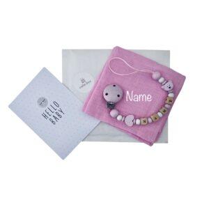 geschenkset zur geburt nuscheli mit namen bestickt nuggikette maedchen hellrosa